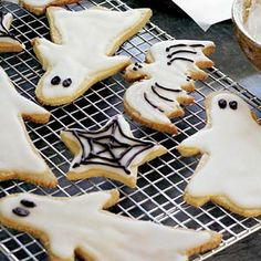 Spooky cut out cookies - celebrate Halloween with our scarily good cut-out cookies! Halloween Movie Night, Halloween Fruit, Easy Halloween Food, Halloween Treats For Kids, Halloween Party, Halloween Desserts, Halloween Halloween, Biscuits Halloween, How To Make Frosting
