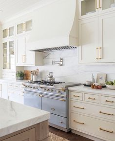 Home Decoration Apartments Creamy off-white cabinets with white marble backsplash.Home Decoration Apartments Creamy off-white cabinets with white marble backsplash Classic Kitchen, New Kitchen, Kitchen Decor, Kitchen Ideas, Awesome Kitchen, Country Kitchen, Rustic Kitchen, Kitchen Hacks, Kitchen Interior