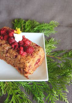 It's a breakfast recipe with oats again. These are simple baked oats with banana and raspberries . It's gluten-free, refined sugar free and egg-free. If you want it dairy-free u can sub…