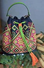 This Pin was discovered by Ay- Crotchet Bags, Knitted Bags, Hippie Bags, Boho Bags, Mochila Crochet, Tapestry Crochet Patterns, Diy Sac, Tapestry Bag, Crochet Purses