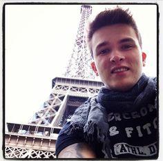 Twitter / 1DUpdatesOnline: Josh at the Eiffel Tower!