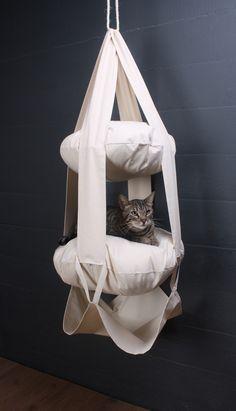 LE TRAPÈZE DU CHAT - 2 coussins - Le Trapèze du Chat propose aux chatons et les chats actifs l'endroit parfait pour jouer et se reposer. Le design suspendu unique est attrayant pour les chats actifs, les mettant au défi de grimper et de jouer tout en attirant leur attention loin des rideaux et des meubles. Les grands coussins moelleux offrent également un endroit confortable pour y faire une sieste.