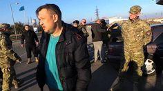 Боевики на границе с Крымом тормозят авто со следами заклеенного украинского флага на номере. Украинские боевики из «Правого сектора», продолжающие незаконную остановку личного транспорта на границе с Крымом, начали придираться к водителям авто, где на но