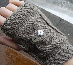 free knitting pattern fingers gloves owl. Not in English.
