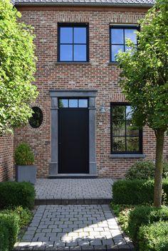 Grondige renovatie aluminium steellook ramen zwart, verdelingen op het glas, PVC kern voor zeer sterke prestaties op gebied van isolatie.  Lees ons klantenverhaal voor meer informatie en foto's.