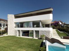Luigi Rosselli Architects have designed the Balcony Over Bronte house in Sydney, Australia.