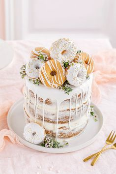 Donut cake without Donut-Torte ganz ohne backen! Donut cake without baking! Perfect as a birthday cake or wedding cake. More on this in our online magazine www. Beef Pies, Mince Pies, Drip Cakes, Beignets, Red Wine Gravy, Cupcake Cakes, Cupcakes, Donut Cakes, Naked Cakes