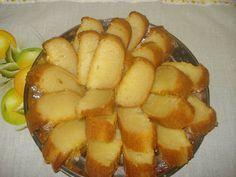 4 ovos  - 2 colheres (sopa) de manteiga  - 3 xícaras (chá) de açúcar  - 1 xícara (chá) de farinha de trigo  - 1 vidro pequeno ( 200ml) de leite de coco  - 1 vidro pequeno de leite (usar como medida o vidro do leite de coco)  - 1 pitada de sal  - 1 colher (sopa) de fermento em pó  - 4 colheres (sopa) de parmesão ralado  - Essência de baunilha a gosto  -