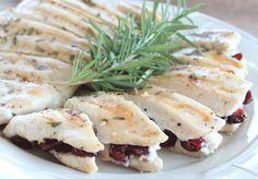 Filetes de pollo cocinados en sandwichera y rellenos de queso cabra y arándanos