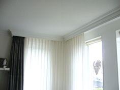 Brede plafondplint als koof voor gordijnen langs