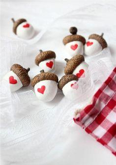 Eicheln mit Herzen Heart Acorns - With real acorn caps Kids Crafts, Fall Crafts, Holiday Crafts, Diy And Crafts, Arts And Crafts, Kids Diy, Valentine Day Crafts, Be My Valentine, Acorn Crafts