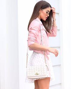 Jaqueta rosa quartz e saia branca com pequenos detalhes em triangulos , look casual e bem leve 《pinterest: @Lariifreitas 》