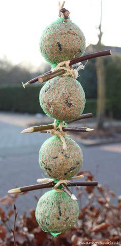 vetbolslinger met zitplaats | vetbollen | takjes van leilinde | tuinvogels | slinger