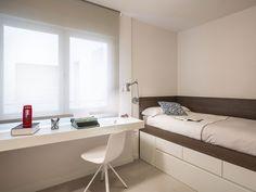 Otro dormitorio juvenil: cama con almacén y escritorio Tiny House Furniture, Kids Bedroom Furniture, Bedroom Decor, Small Room Design, Home Room Design, Small Apartment Interior, Kids Bedroom Designs, Teenage Room, House Rooms