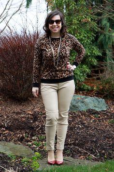 Calça de couro bege + suéter de onça e scarpin burgundy. Mais detalhes em: http://www.vazcomestilo.com.br/2015/01/calca-de-couro-bege-fico-ou-devolvo.html
