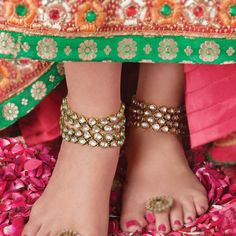 Anklet Jewelry Made up of silver, it is a thick chain that is tied on the ankle and is adored with tiny bells that make enticing sound. Bichuas or toe rings are similar to rings worn in the fingers of the hand, but are worn in the fingers of each foot. Indian Wedding Jewelry, Indian Bridal, Indian Jewelry, Bridal Jewelry, Indian Weddings, Silver Jewelry, Silver Anklets, Gothic Jewelry, Pandora Jewelry