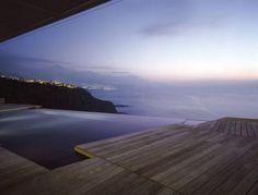 ロケーションとしてとても憧れる景色です。家そのものは山の上にありながら、目の前は一面海を眺める。とても贅沢だ。水盤を設けることで海と一体になっているように...
