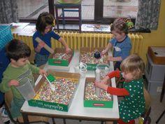 Experimenteren! Confetti in de carnavalstijd. Rollen, bakjes en lepels mogen hierbij niet ontbreken. www.jongekind.com