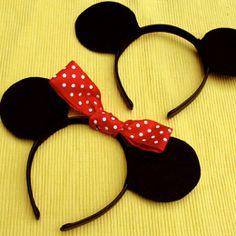 Estes arquinhos com orelhas do Mickey e da Minnie são super fáceis de fazer, e podem servir de lembrancinhas ou para distribuir na festa! É só pegar um arquinho preto liso, cortar as orelhas em feltro com o molde, e colar cada lado da orelha com cola quente. Se não encontrar o arco preto, dá ...