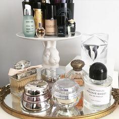 Makeup Organization Ideas Make Up Organisation Ideas For 2019 Perfume Storage, Perfume Organization, Perfume Display, Makeup Organization, Make Up Organization Ideas, Bedroom Organization, Face Makeup Kit, Diy Makeup, Makeup Geek