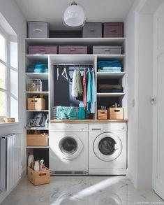 Comment organiser la buanderie et faire cohabiter lave-linge et sèche-linge dans un lieu exigu : avec un dressing de rangements au dessus du coin buanderie. (Ambiance Castorama). #buanderie #linge #sechelinge #laundryroom #rangement #dressing