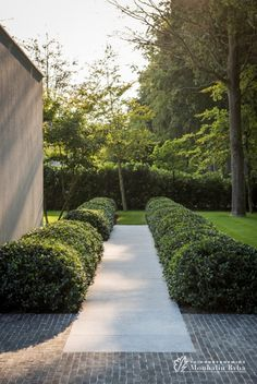 Formal Garden Designs and Ideas Have you ever really thought about how many people see the outside of your home? Modern Landscaping, Backyard Landscaping, Formal Garden Design, Home And Garden Store, Terrace Garden, Fence Garden, Garden Table, Herb Garden, Garden Beds