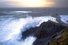 FARO DI KRÅKENES, NORVEGIA – Lungo la costa della Norvegia, tra fiordi, falesie e isolotti, si trovano oltre 50 fari trasformati in hotel, da cui godere dei panorami spettacolari del Mar del Nord e del Sole di Mezzanotte. Questo è sull'isola di Vågsøy e funziona anche come stazione meteorologica. Può ospitare fino a 13 persone nelle due case da cui è composto.