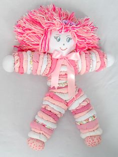 boneca-de-fuxico Sewing Toys, Sewing Crafts, Sewing Projects, Diy Crafts For Girls, Crafts To Make And Sell, Yo Yo Quilt, Baby Boy Knitting Patterns, Homemade Dolls, Soft Dolls