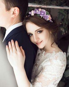 Нежный веночек на один бок был изготовлен под заказ невесты. Цветочки: фантазийный яблоневый цвет, ранункулюсы, розочки.  Цветовая гамма нежная и свежая. Так же отлично подойдет для маленьких девочек.