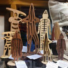 Sabias que estas figuras de madera de lis espiritus selknam fueron 100% hechas a mano en madera reciclada de alerce y mañio por un artesano en el sur de Chile?Hacerlos no es facil ya que requiere de un proceso cuidadoso y delicado desde el corte de las maderas, el tallado o grabado hasta el lijado manual para que queden seguros para tus niños.Asi en @remembermechile estamos comprometidos con la recuperacion de oficios y tradiciones para crear productos de calidad con diseño y sentido social… Wooden Puzzles, Textile Art, Nativity, Colours, Sculpture, Create, Drawings, Collection, Wooden Figurines