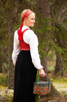 This woman is from the parish of Norra Ny situated at the river Klarälven in Värmland. She wears a black pleated skirt, a red festive bodice and the fact that she is not covering her hair shows that. Culture Clothing, Folk Fashion, Ethnic Fashion, Women's Fashion, Langer Bob, Black Pleated Skirt, Hair Shows, Empire Style, Folk Costume