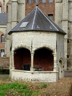 Veere - Zeeland. Deze cisterne, een waterput voor de opslag van regenwater, is in 1551 gebouwd op last van Maximiliaan van Bourgondië, om zijn belofte aan de Schotse wolhandelaren waar te maken. Zo was er altijd voldoende drinkwater en spoelwater voor de wol. Het water van het dak van de Grote Kerk wordt hier opgevangen en gefilterd. Inhoud: 200 kub. meter. Het achthoekige straalgewelf heeft Tudorbogen op slanke zuilen. foto: G.J. Koppenaal - 21/2/2017.