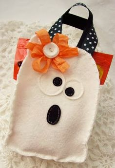 Hair Bows for Ghosts and ghostly treats Sac Halloween, Halloween Projects, Halloween Gifts, Holidays Halloween, Halloween Treat Holders, Halloween Party Treats, Trick Or Treat Bags, Felt Crafts, Paper Trail