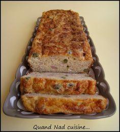 pain de thon aux câpres Pour un moule à cake:      3 oeufs     75 g de farine     1 cc de levure chimique     5 cl d'huile de tournesol     5 cl de crème fraîche     20 cl de lait     280 g de thon au naturel (poids égoutté)     125 g de gruyère râpé     2 cs de câpres     sel, poivre
