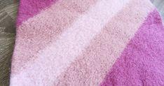 Vamsegarn (som jeg også har sett skrevet: Bamsegarn *fnis* brumbrum, lissom) er perfekt til å strikke sitteunderlag av.      Nydelig sitteun... Diy Crafts Knitting, Towel, Farmhouse Rugs