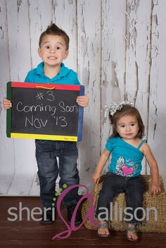 Pregnancy announcement with siblings photo idea