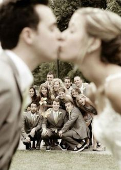Ideas de fotos originales para tomarte con tus amigos en tu boda | ActitudFEM                                                                                                                                                                                 Más