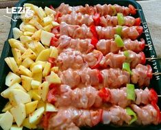 Baked chicken trash skewers and potatoes ready .- Baked chicken garbage skewers and potatoes. Lunch Recipes, Meat Recipes, Vegetarian Recipes, Cooking Recipes, Yum Yum Chicken, Baked Chicken, Chicken Potatoes, Italian Chicken Dishes, Turkish Recipes