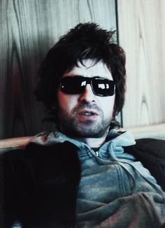 Scruffy Noel looking like the physical embodiment of a hangover. Football Music, Oasis Music, Oasis Band, Liam And Noel, Old Rock, Noel Gallagher, Rocker Chick, Britpop, Music Like