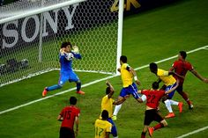 Las atajadas de Guillermo Ochoa fueron clave para mantener el empate. (Foto: AFP)