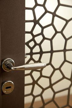 metalic door - parametric design Parametric Architecture, Parametric Design, Door Handles, Furniture Design, Bedrooms, Wall Lights, Doors, Metal, Interior