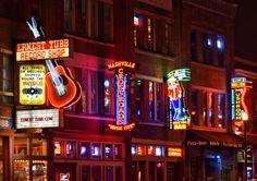 Le luci al neon di Brodway a Nashville. Il richiamo irresistibile degli honky tonk e della musica country