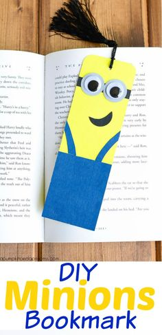 Watch something ordinary turn into a bunch of adorable little minions. Cardboard Tube Minion Crafts transform toilet tubes into the cutest toilet paper roll crafts ever witnessed. Despicable Me minions are kid favorites. Creative Bookmarks, Paper Bookmarks, Bookmarks Kids, How To Make Bookmarks, Quick And Easy Crafts, Easy Crafts For Kids, Cute Crafts, Homemade Bookmarks, Marque Page