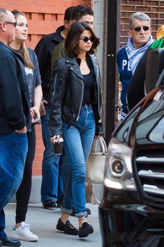 """In the Celebrity Style / Fashion section, the famous VOGUE magazine wrote: .""""At Selena Gomez is just old enough to have caught the tail end of ' Selena Gomez Fashion, Selena Gomez Style, Selena Gomez Outfits Casual, Selena Gomez 2019, Look Fashion, 90s Fashion, Fashion Outfits, Celebrity Outfits, Celebrity Look"""