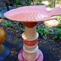 Birdbath from recycled materials By Susan Scovil, Portland, OR baubleville - Modern Glass Bird Bath, Diy Bird Bath, Glass Birds, Diy Garden Projects, Garden Crafts, Diy Projects To Try, Garden Ideas, Garden Totems, Glass Garden Art