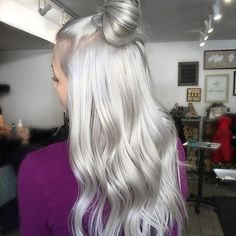 85 Silver Hair Color Ideas and Tips for Dyeing, Maintaining Your Grey Hair Granny Silver/ Grey Hair Color Ideas: Platinum Silver Hair<br> Silver hair is more than on trend right now. Grey hair is no longer considered 'granny hair' though the style Silver Blonde Hair, Blonde Hair Shades, Platinum Blonde, Blonde Color, Silver Platinum Hair, Silver Fox Hair, Grey Blonde, Blonde Bangs, Bright Blonde