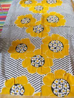 vintage cotton fabric this made me think of sunshine! Textile Prints, Textile Patterns, Textile Design, Flower Patterns, Fabric Design, Print Patterns, Impression Textile, Marimekko Fabric, Vintage Sheets