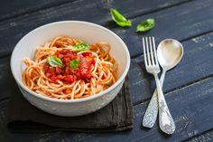 Receta italiana de espaguetis con tomate y albahaca    #Espaguetis #Pasta #EspaguetisConTomateYAlbahaca #PastaItaliana #RecetasDePastaEnEspañol #RecetasItalinas