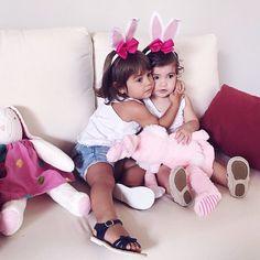 Feliz Páscoa meus amores!  | Desejo a todos um domingo de paz e amor com essas duas coelhinhas aí que tem um coração puro e nos transmitem serenidade e pureza! #Sofie #Julinha #HappyEaster #thassiastyle #BTviaja by thassianaves