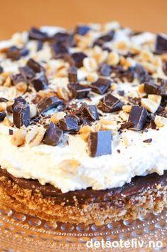 """""""Snickerskake"""" er en KJEMPEPOPULÆR og VANVITTIG GOD kake!!! No Bake Snacks, No Bake Desserts, Norwegian Food, Norwegian Recipes, Pudding Desserts, Dessert Drinks, Let Them Eat Cake, I Love Food, Cake Cookies"""